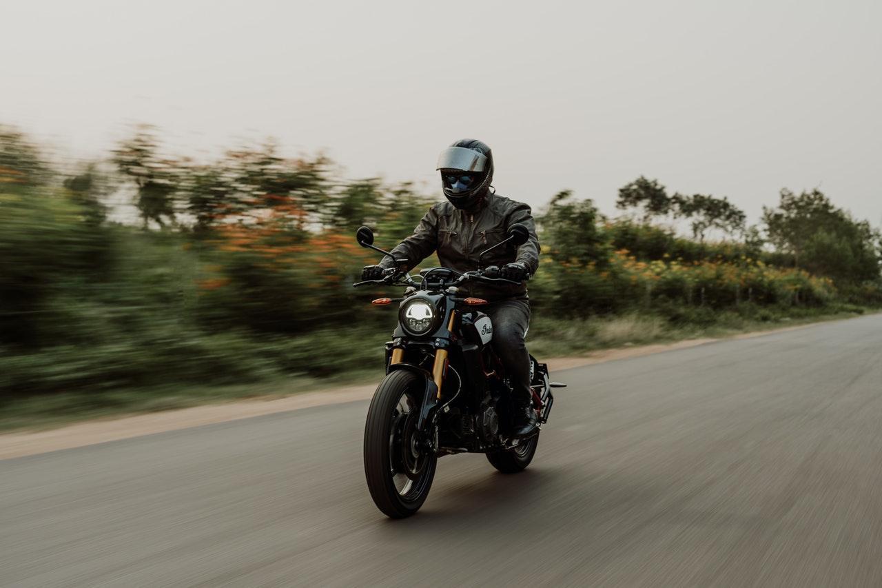 Motorradfahrer auf der Straße